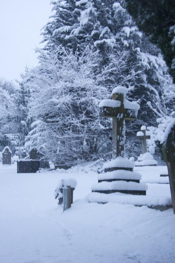 堆滿白雪的墳墓