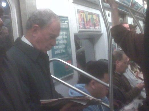 紐約市長彭博搭地鐵前往紐約市市政廳