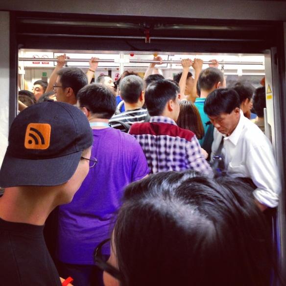 深圳地鐵極度擠迫,等多幾班都冇用